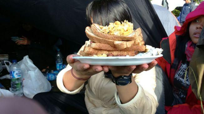 sarapan ala ala bule. roti gandum bakar, telur orak arik, kornet, keju bakar
